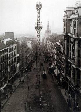Poste telefónico de la Red de San Luís, en Gran Vía, Madrid, foto antigua de 1929
