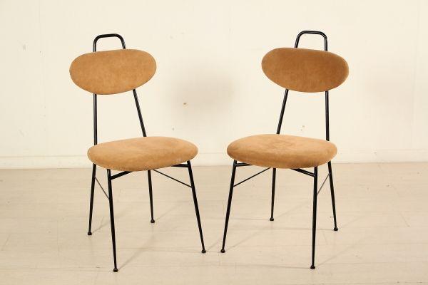 Coppia di sedie; tondino in metallo verniciato, imbottitura in espanso, rivestimento in tessuto. Buone condizioni, presentano piccoli segni di usura.