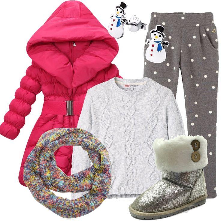 Un outfit pensato per una bambina di quattro anni: piumino rosa, imbottito, trapuntato, cappuccio, zip, cintura elastica in vita, abbinato a pantalone grigio in fantasia a pois. felpa azzurra, scollo tondo, lavorazione a trecce, stivaletto argento imbottito, sciarpa multicolore, orecchini a forma di pupazzo di neve.