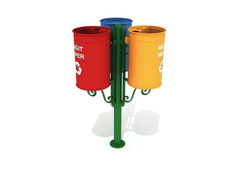MAK 613A Cestini per la raccolta differenziata disegno elegante trio montati su palo 3x30L  Compatto e moderno, questo modello è molto utilizzato per la separazione dei rifiuti in varie aree pubbliche. Il palo centrale è fissato nel terreno. Ogni contenitore è dotato di un anello metallico per tenere il sacco della spazzatura. I colori e le etichette sulla parte frontale di ogni bidone rende facile separare i rifiuti prima di depositarli.