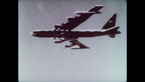 Boeing B-52 Stratofortress, Abwerfen (Aus der Luft), Fliegerbombe, Bombardierung, Bombe (Waffe), Vietnamkrieg, Explosion, Amerikanische Luftwaffe, Kriegsgeschehen, US Army, Nacht, Historische Filmaufnahmen, Niemand,