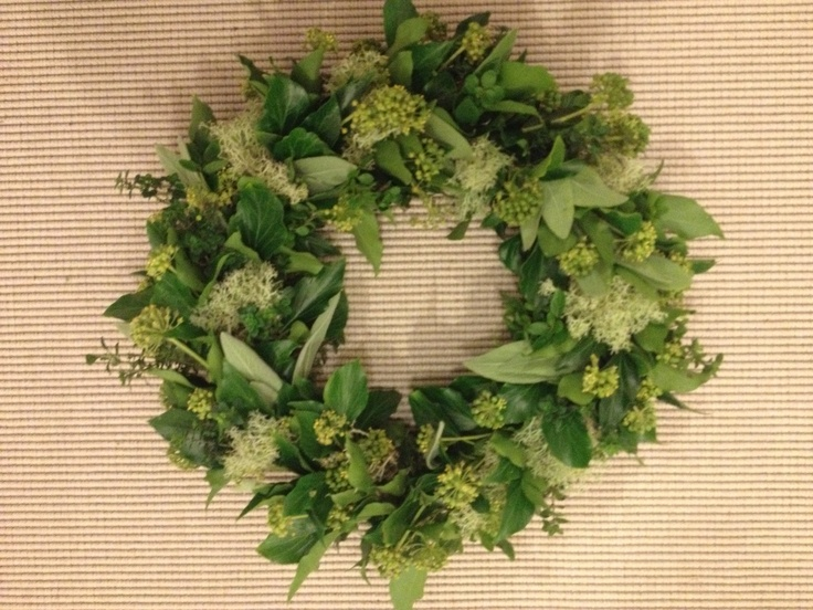 Dørkrans med lav, efeu, salvie, timian. /Door wreath.