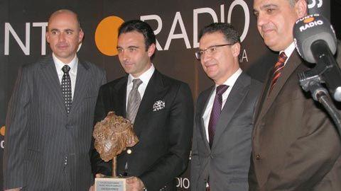 Enrique Ponce recibe el II Premio 'Patio de Cuadrillas' - Mundotoro.com #premios #EnriquePonce