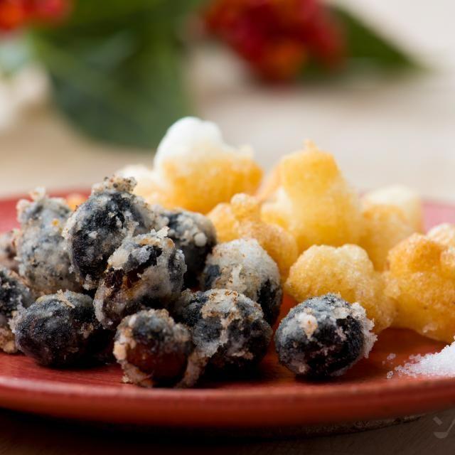 黒豆の甘味と塩気が相まって、おつまみとしても楽しめます。鏡餅など乾燥した餅はそのまま調理し、乾燥していない餅は、切った後ザルなどに広げ、2~3日風通しの良いところに干してから作りましょう。紅白のお餅で作ると華やかになります。 - 57件のもぐもぐ - 黒豆あられ by ソラレピ ~シダックスの管理栄養士監修!~