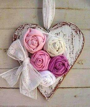 corazón madera con flores tela