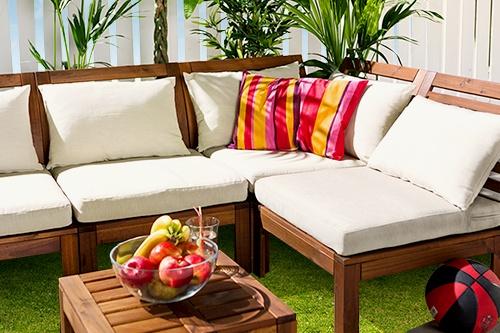 Transformă-ți grădina ȋntr-o sufragerie sub cerul liber, cu mobilierul pentru exterior APPLARO, ușor de montat și ȋntreținut.