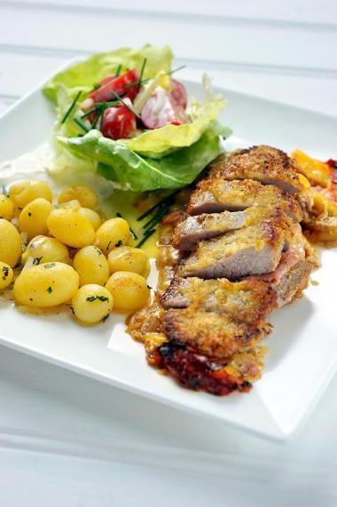Cordon bleu met gebakken aardappelen  http://njam.tv/recepten/cordon-bleu-met-gebakken-aardappelen