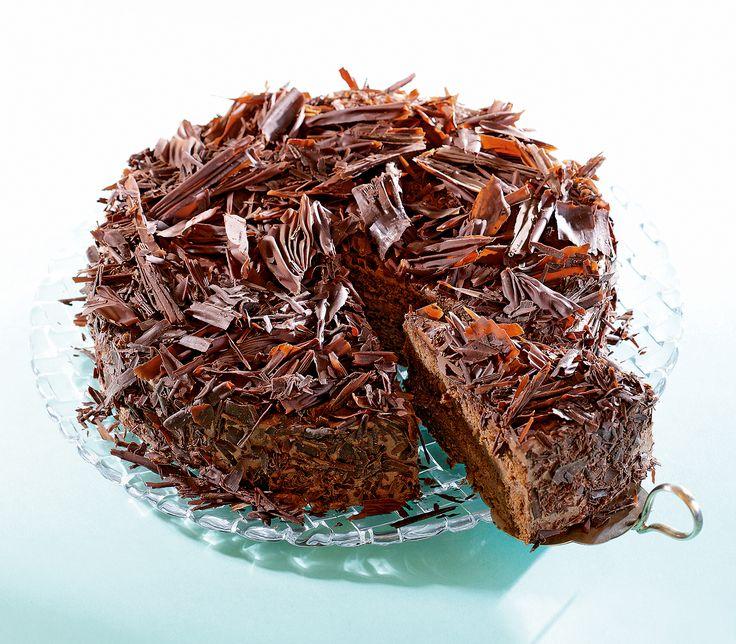 Bei dieser traumhaften Schokoladenmousse-Torte werden die Eier getrennt aufgeschlagen, damit das Biskuit trotz viel Schokolade schön luftig bleibt.