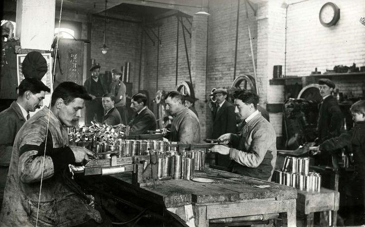 Blikfabrieken. Blik-Emballagefabriek H.Laboyrie op het Calandplein te Den Haag, Nederland 1917. Foto: Het interieur van de blikfabriek.