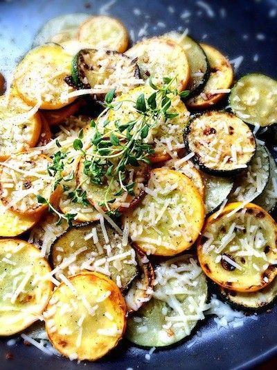 ズッキーニとスクウォッシュのレモンソテー    夏の定番お野菜で、とっても簡単なカフェ風side dishを作りましょう! eatup    材料 (2人分) ズッキーニ 2本 サマー・スクウォッシュ 2本 ガーリック 1欠け レモン 1/4個 パルメザンチーズ お好みで パプリカ ひとつまみ 塩、こしょう 適量 バター 小さじ1 エクストラバージンオリーブオイル 小さじ1 フレッシュ・タイム 適量