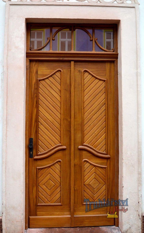 Replika původních vstupních dveří s obmněnou dřeviny a barvy. Dubový masiv, drásaný, nátěr lazurou