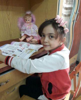 Bana Alabed es una niña de solo 7 años que vive en uno de los peores lugares del planeta ahora mismo. En lugar de ir a la escuela o jugar, la pequeña tiene que luchar a diario para salvar su vida en Alepo (Siria), una ciudad que desde hace meses sufre los bombardeos del régimen de Assad y que se enfrenta