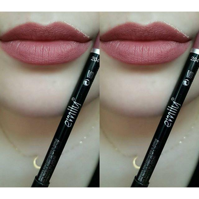 #mulpix Dudak kalemlerini ruj gibi kullanmayı sevenleri görebilir miyimmmm?   #gününruju Emily - 204 numaralı dudak kalemi Rengi o kadar güzel kiii her makyajla uyum sağlıyor.  Birazcık sürümü zor olsa da yine de tavsiye ederim.   #makeup  #blogger  #makeupaddict  #makeuplove  #details  #detailsoftheday  #todaysmakeup  #todaysmakeuplook  #makeuplifestyle  #matte  #mattelipstick  #makeupblogger  #ilovemakeup  #türkbloggerlartakipleşiyor  #blogtakip  #beauty  #beautyblogger  #b...