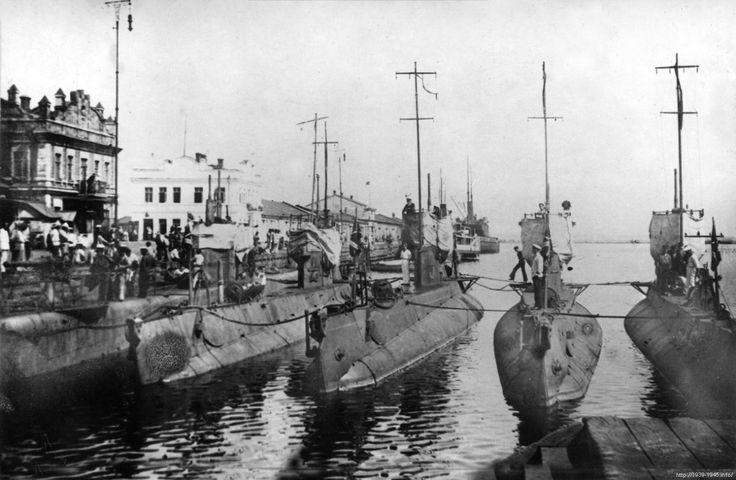 Подводные лодки «Политрук», «Шахтер», «Коммунист», «Марксист», «Политработник». Одесса, 1920-е гг. ~ «Лосось», «Политрук» (бывшая «Подводная лодка №-11», первоначально «Нерпа», 1915 г., обе — бывшие подводные лодки, затем — учебные болванки Аварийно Спасательной Службы Черноморского флота) – в конце июня 1942 г. затоплены в Севастополе. «Лосось» в 1975 г. поднята и пошла на слом.