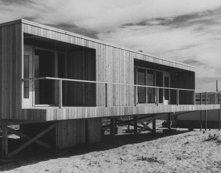 В спальню можно попасть непосредственно с террасы-крыльца.  (фасад,1950-70е,середина 20-го века,медисенчери,медисенчери модерн,средневековый модерн,модернизм,mcm,пляжный,архитектура,дизайн,экстерьер) .