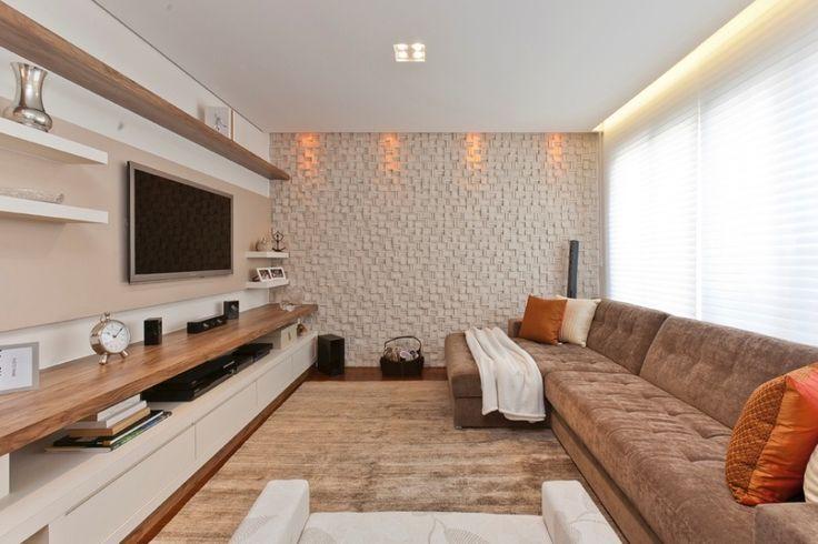 Em uma das paredes da sala de TV (ao fundo), a arquiteta Mayra Lopes aplicou um revestimento em alto relevo (Pietra), escolhido para dar rusticidade à decoração