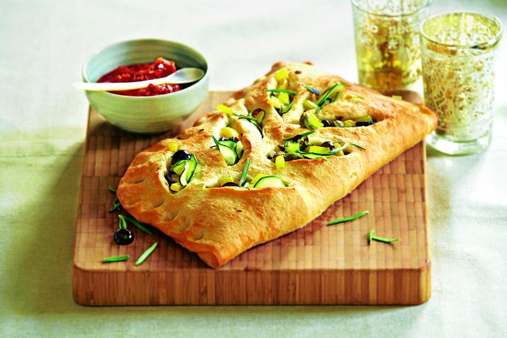 Рецепт приготовления фокаччи с оливками на 8 порций. Время приготовления — около 45 минут. В одной порции примерно 320 ккал.желтого сладкого перца - ½ стручка цукини - ½ маленькая луковица - 1 шт. черных оливок без косточек - 50 г розмарина - 1 веточка теста для пиццы - 400 г каперсов - 1 ст. л. оливкового масла - 2 ст. л. соль, молотый черный перец - по вкусу