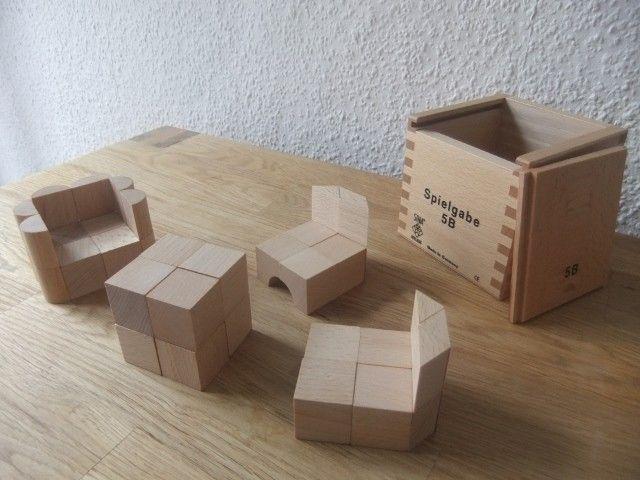 Sitzkombi, designt mit den Bauklötzen der Spielgabe 5B nach Froebel  Mehr über Fröbel und die Spielgaben:  http://www.friedrich-froebel-online.de/   Diese Bausteine kaufen: http://www.friedrich-froebel-online.de/shop/spielgaben/spielgabe-5b-holzbausteine/#cc-m-product-10078222812