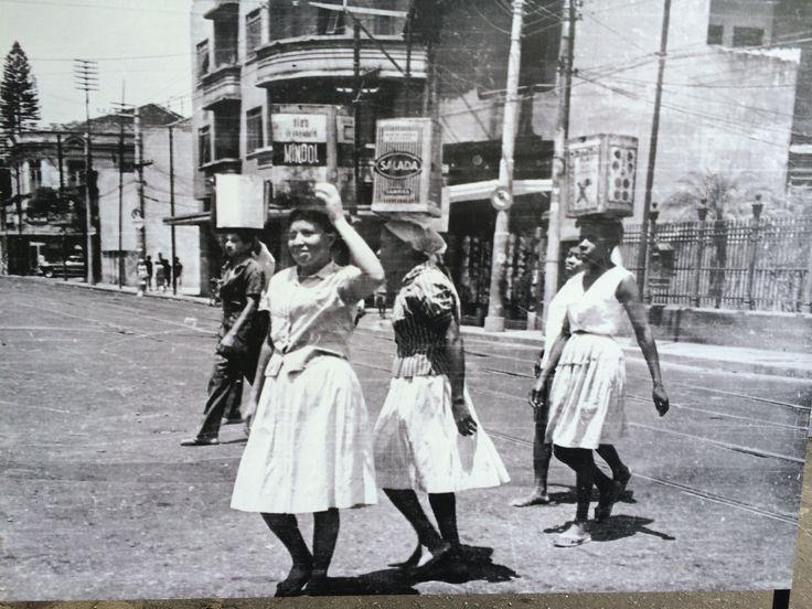 As mulheres com latas d'água na cabeça atravessando a Rua Humaitá, a caminho da já extinta Favela Macedo Sobrinho, eram tão comuns na paisagem urbana como os jovens que hoje lotam os ônibus nos domingos de sol a caminho de Copacabana ou Ipanema.