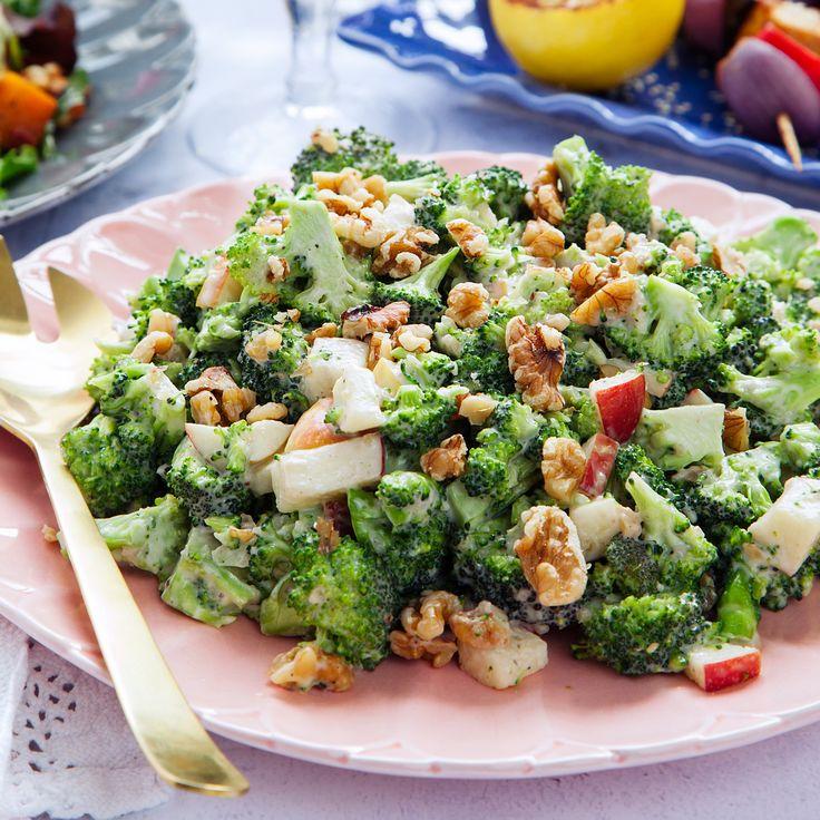 Ett fantastiskt gott recept på en krämig broccolisallad med saftigt äpple och crunchiga valnötter. Recept och mer inspiration hittar du på Tasteline.