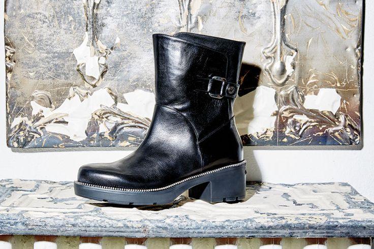 Anfibio Albano realizzato in pelle nera e su fondo in gomma con zip!! Non rinunciare al glamour per la tua quotidianità.