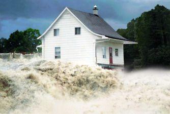 La Petite Maison Blanche, cette fameuse demeure centenaire qui a résisté à l'équivalent du volume d'eau des chutes Niagara pendant des jours. Voyez l'exposition sur le Déluge du Saguenay qui a causé plus d'un milliard de dollars de dommages.