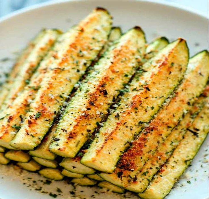 """Viral en Pinterest: calabacines al horno con queso parmesano. Más de 585.000 personas han guardado esta receta en alguno de sus tableros. Una receta ligera, sin gluten y fácil de hacer. En otro artículo de Okdiario-receta hicimos pan de calabacín con nueces. Hoy preparamos estos calabacines crujientes al horno que conquistan Pinterest. Los calabacines se … Continuar leyendo """"Viral en Pinterest: calabacines al horno con queso parmesano"""""""