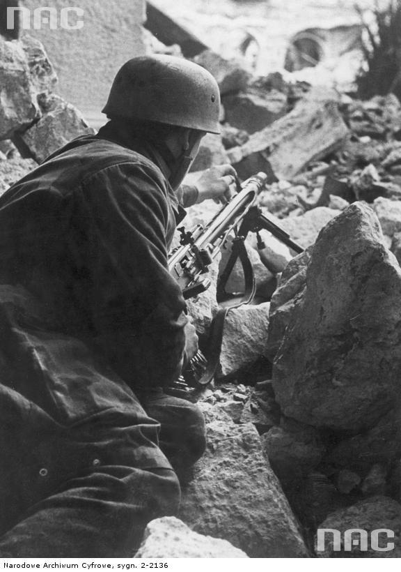 Para with mg42 at Cassino 1944