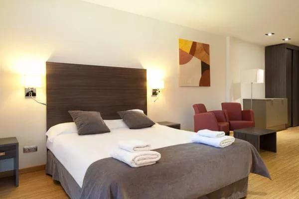 Отель четыре звезды в Барселоне.. В отеле 80 номеров. Каждый номер оснащен собственной ванной комнатой, телевизором, письменным столом и сейфом. Гладильная комната открыта для гостей 24 часа. В отеле расположен ресторан с международной кухней, а также бар для напи�