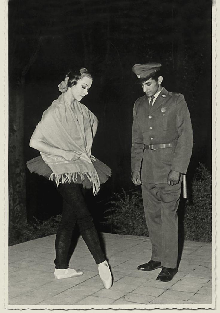 La bailarina Xenia Zarcova enseña algunos pasos a un carabinero, durante las funciones al aire libre que el Teatro Municipal realizó en el verano de 1963.