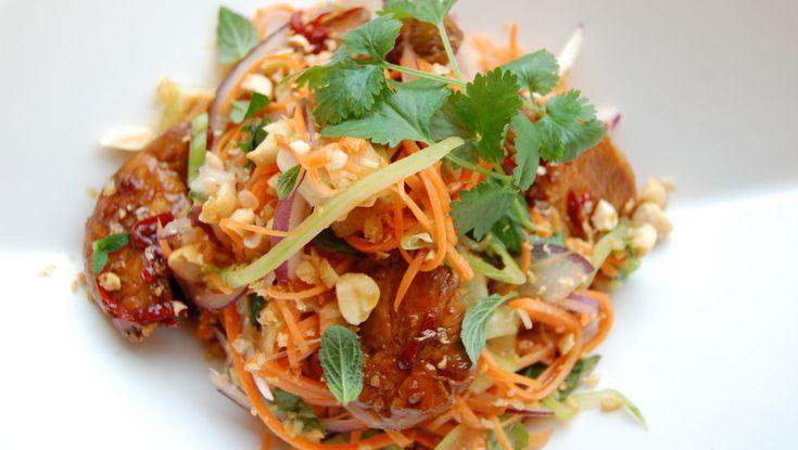 Thaisalat - Smak deg fram til den rette blandingen av sterkt, søtt, salt, surt og bittert. - Foto: Tone G. Johannesen / NRK