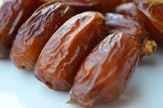 La plupart des gens ne pensent pas beaucoup aux avantages et aux bienfaits des dattes sur la santé. Mais les dattes sont incroyables et ce petit fruit peut fournir d'excellents avantages pour la santé. Si vous commencez à manger trois dates par jour, voici ce qui arrive. Les dattes sont un antidouleur: Puisque les dattes …