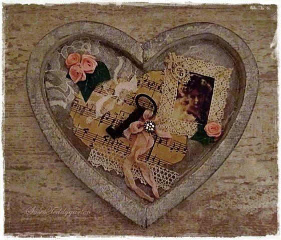 Holzherz, Collage aus alten Noten, Spitzen, Bändern, Bildchen und altem Schlüssel.