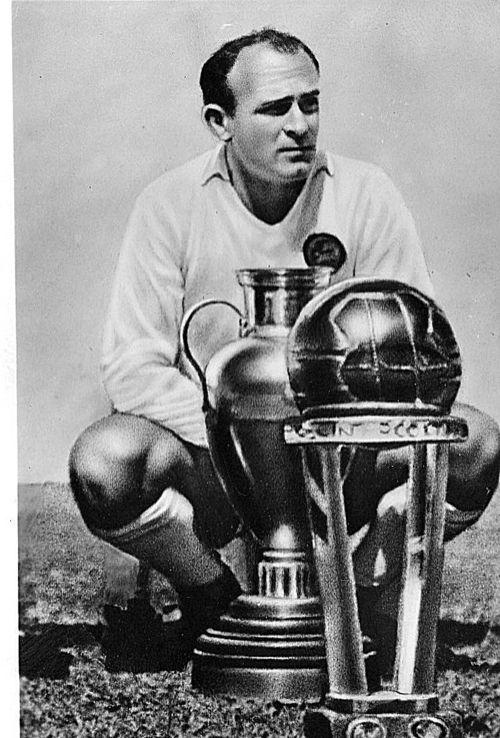 Alfredo Stéfano Di Stéfano Laulhé (Barracas, Buenos Aires, 4 de julio de 1926 – Madrid, 7 de julio de 2014)2 1 fue un futbolista y entrenador argentino, nacionalizado español,n 1 y jugador histórico de los clubes River Plate, Millonarios y Real Madrid, siendo desde el año 2000 presidente de honor de este último. Como jugador participó en seis encuentros con la selección argentina y otros treinta y uno con la selección española.