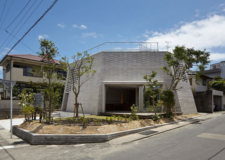 Le sol volcanique a été mélangé avec du ciment pour créer les blocs de construction de cette maison dans le sud-ouest du Japon par le studio Aray Architecture basé à Tokyo. Située dans la préfecture de Kagoshima, la résidence éco-énergétique de deux étages accueille une famille de six enfants et intègre les systèmes naturels de chauffage et de refroidissement. L'architecte Asei Suzuki précise que les briques ont été produites localement pour les murs de la maison.