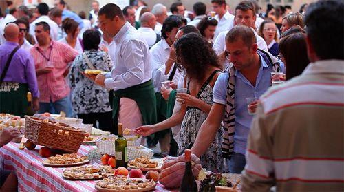 △길거리 팝업 레스토랑은?  이탈리아 북부 도시 Ferrara에서는 최근 마지막 순간까지 간직하게 하고 상세한 이야기까지 간직하게 하는 길거리 팝업 저녁식