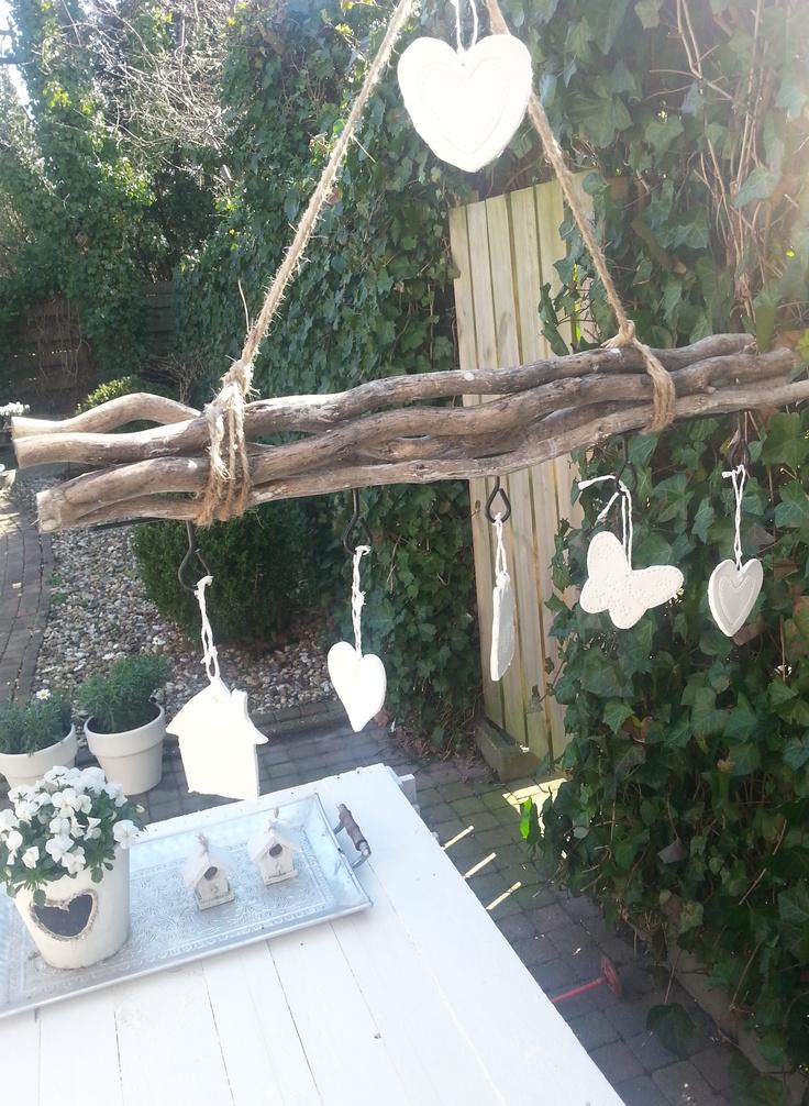 Kleifiguurtjes (met koekvormpjes) gemaakt met mijn dochter van 8 jaar en opgehangen aan takken van de Action.