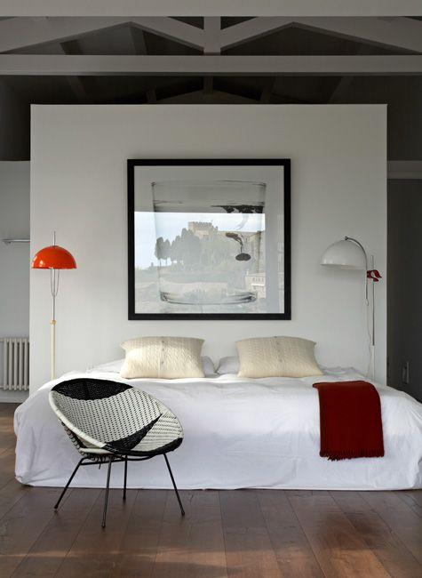 love the floating wall for the bed headboard. I want to try living in a loft/studio so bad