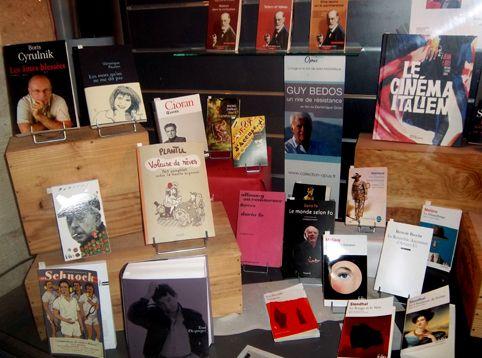 Je n'ai pas eu d'autres universités que les librairies La Machine à Lire proposait récemment un vagabondage en littérature en compagnie deGuy Bedos. Dans la vitrine préparée pour sa venue, pas de ...
