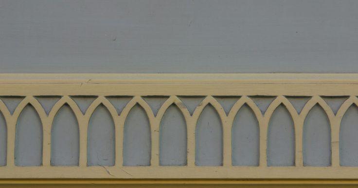 Como consertar rachaduras e lascas em guarnições de madeira. Guarnições de madeira são belos detalhes em todas as casas e podem ser utilizados em volta de janelas, portas, rodapés, trilhos em painéis de parede ou sancas. Podem ocorrer lascas e rachaduras na madeira devido a pregos, mudanças na temperatura e umidade ou acidentes. Contudo, existe uma maneira de consertá-las para que fiquem imperceptíveis.
