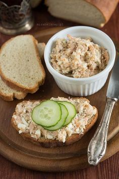 Wędzone brzuszki łososia są tańsze niż filet i świetnie nadają się na ekonomiczną, lecz smaczną pastę do chleba. Ponieważ brzuszki są dość t...