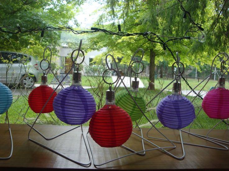Farolitos hechos con perchas recicladas y leds multicolor www.lacaloatamosconalambre.com