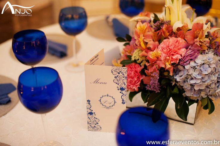 Detalhe das taças e do menu na mesa de convidados