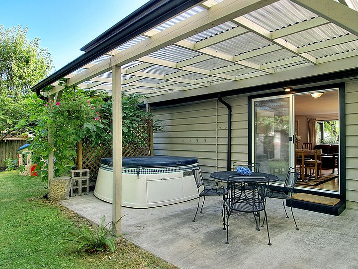 Need to make my patio cover this nice. Even with the same plastic corrugated sheets, mine looks outdated.