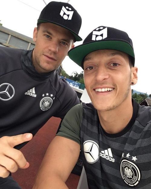 Abschied vom Mannschaftshotel in Evian: Manuel Neuer und Mesut Özil sagen bye-bye vorm Abflug zum Halbfinale nach Marseille.