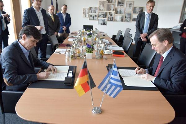 20-02-17 Συμφωνία συνεργασίας Ελλάδας- Γερμανίας στην Επαγγελματική Εκπαίδευση & Κατάρτιση    20-02-17 Συμφωνία συνεργασίας Ελλάδας- Γερμανίας στην Επαγγελματική Εκπαίδευση & Κατάρτιση  Κοινή  Δήλωση Προθέσεων για Συνεργασία στην Επαγγελματική Εκπαίδευση &  Κατάρτιση υπέγραψαν την Πέμπτη 16 Φεβρουαρίου 2017 στο Βερολίνο ο  Υφυπουργός Παιδείας Έρευνας & Θρησκευμάτων Δημήτρης Μπαξεβανάκης με  τον Κοινοβουλευτικό Υφυπουργό του Ομοσπονδιακού Υπουργείου Παιδείας  & Έρευνας Thomas Rachel. Στη…