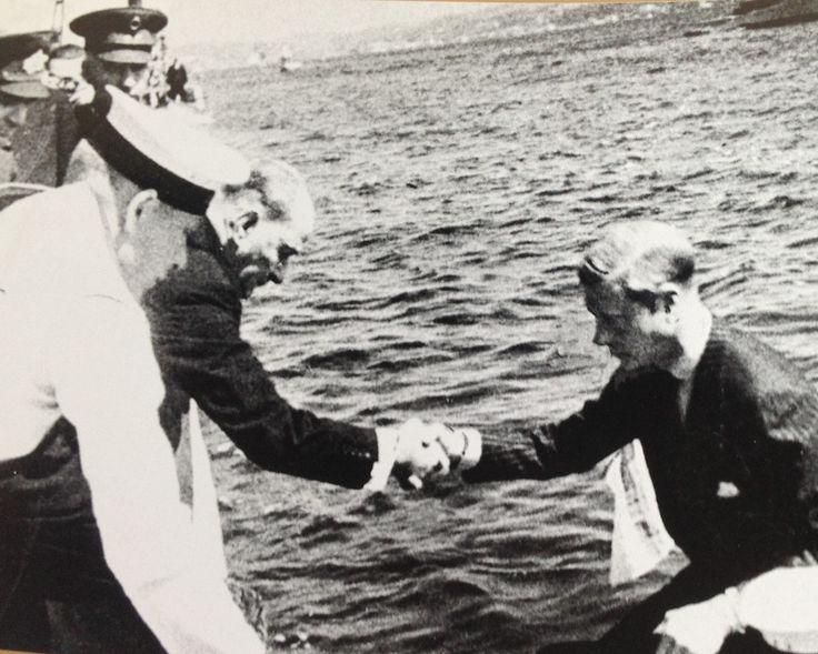 Mustafa Kemal ATATÜRK, İngiltere Kralı VIII. Edward' ı kayıktan karaya alırken.