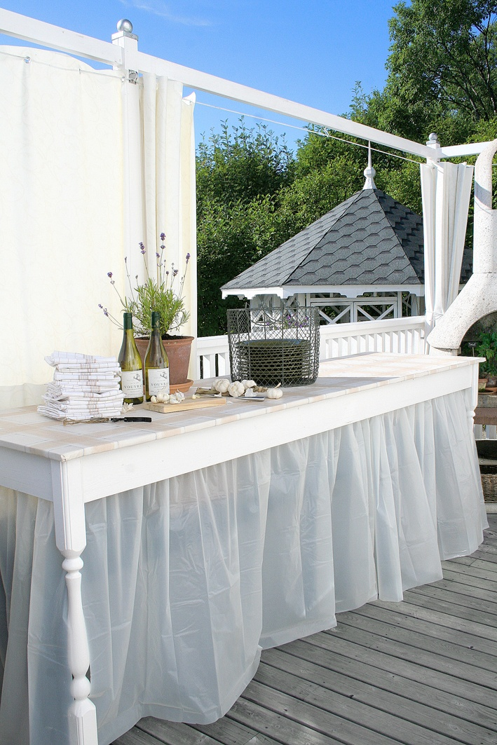 like the way  table skirt is attached
