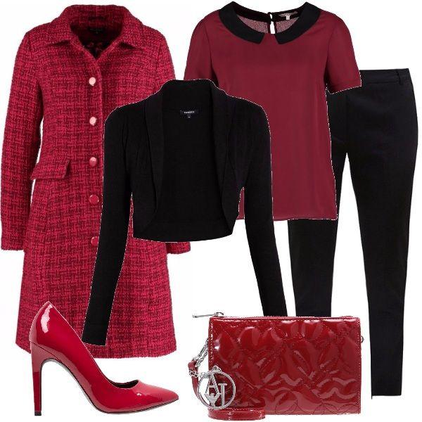 Per questo outfit: pantaloni capri neri, camicetta rosso scuro con colletto nero, coprispalle nero, cappottino bon ton rosso quadrettato, décolleté rosso scuro e pochette Armani Jeans lucida.