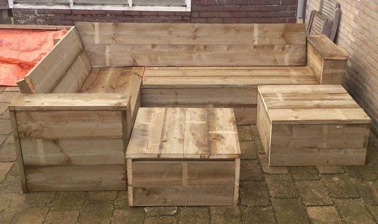 Steigerhouten hoekbank met twee bijpassende tafels die ook te gebruiken zijn als extra zitplaatsen